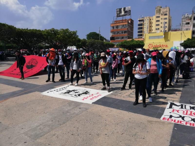 Normalistas protestan en la capital demandan infraestructura educativa