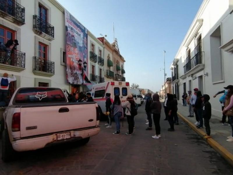 Normalistas protestan en Oaxaca, piden renuncia de funcionario