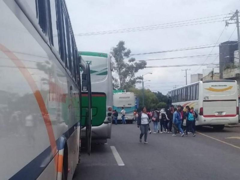 Normalistas retienen ahora a 20 autobuses en Michoacán