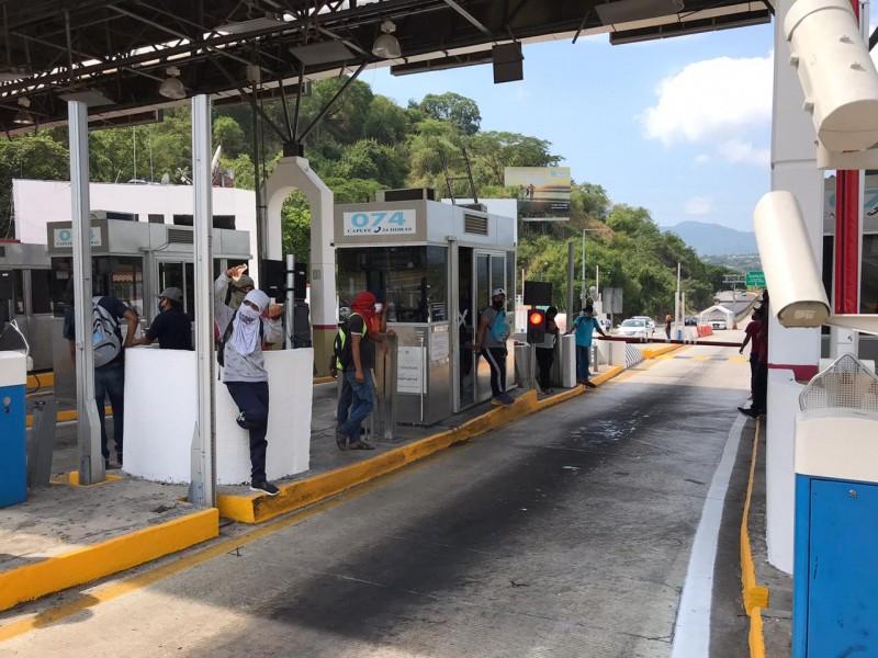 Normalistas toman caseta La Venta en Autopista del Sol
