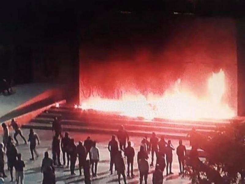 Normalistas vandalizan el palacio de gobierno