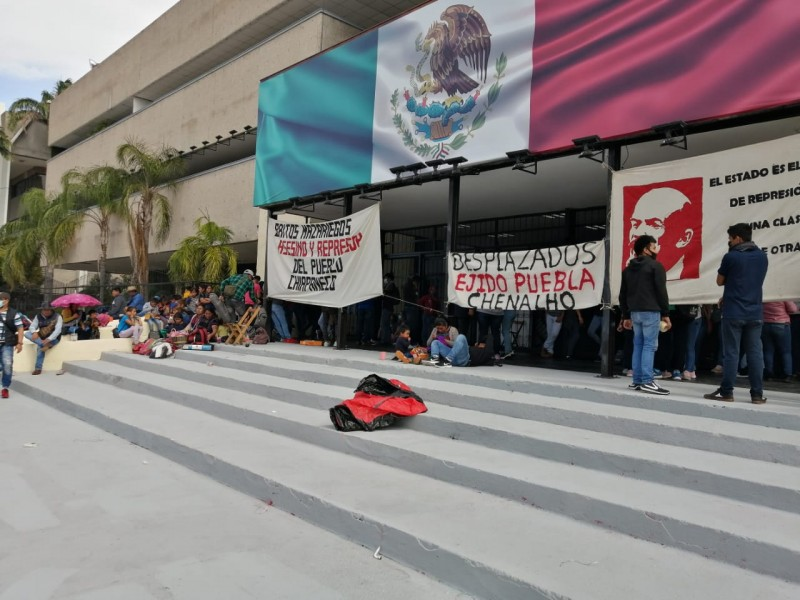 Normalistas vuelven a tomar Palacio de Gobierno