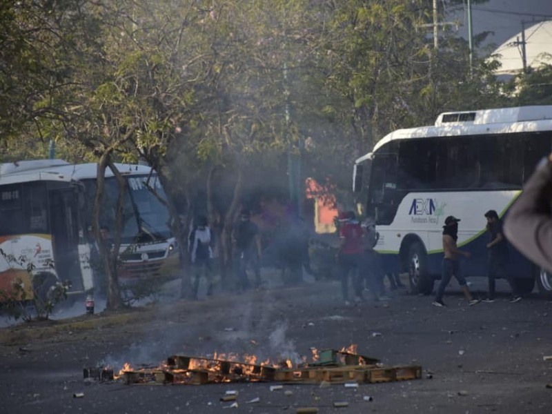Normalistas y policías de nuevo se enfrentan