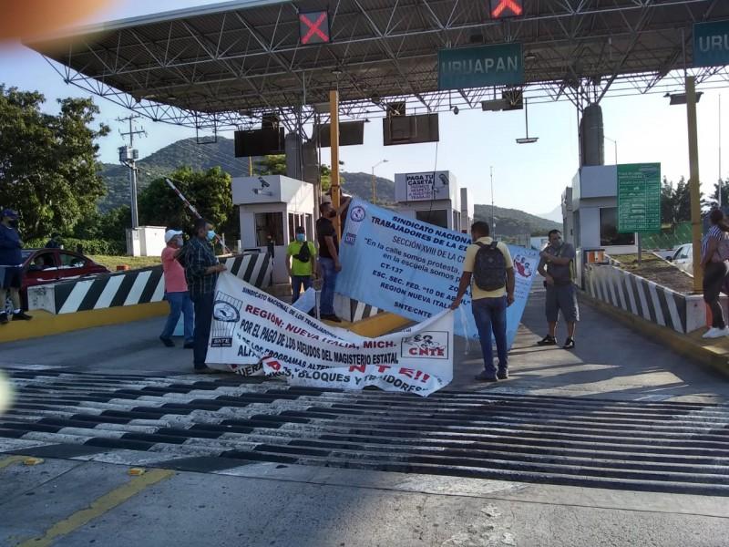 Magisterio también protesta por salarios en casetas de peaje
