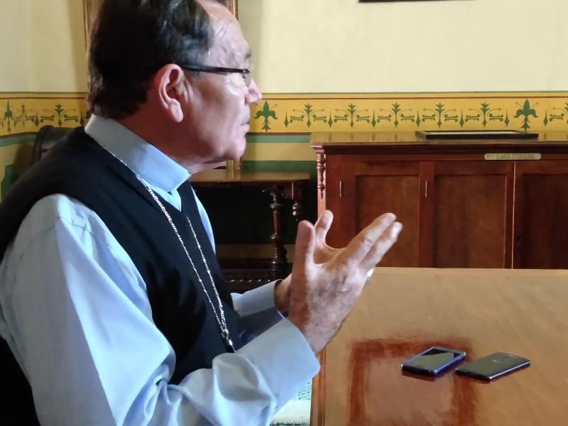 Obispo busca diálogo con feministas