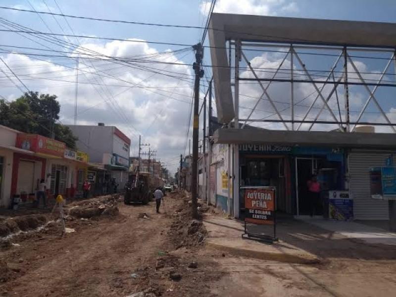 Obras estatales avanzan lento por falta de pago