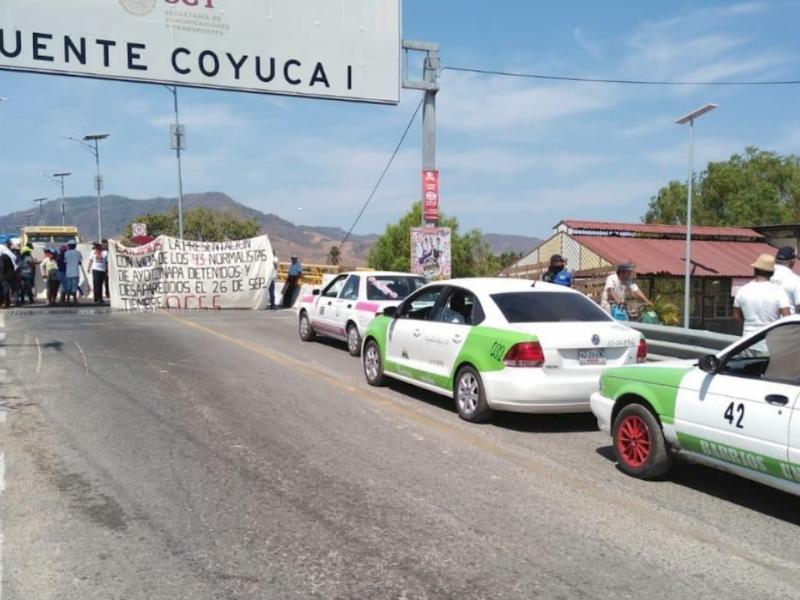 OCSS bloquean carretera Acapulco-Zihuatanejo a la altura de Coyuca