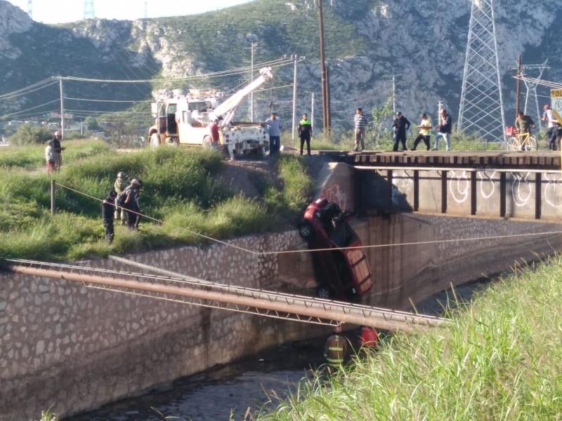 Octogenario sale ileso tras impacto con tren