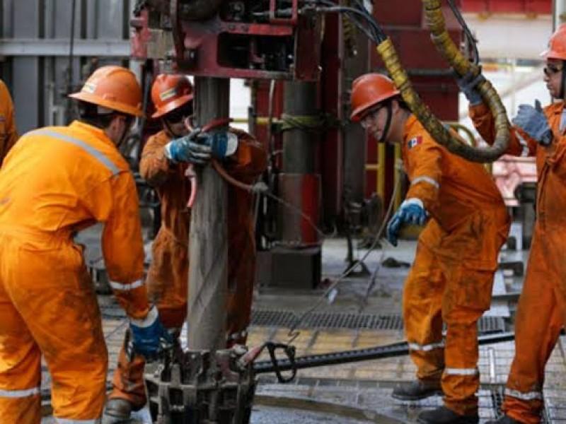 Ofrece AMLO seguridad laboral a trabajadores petroleros