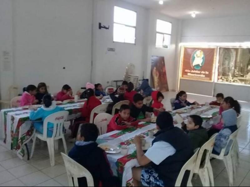 Ofrecen alimento a niños en pobreza extrema