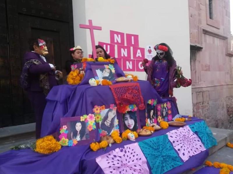 Ofrecen ofrenda de Día de Muertos por feminicidios