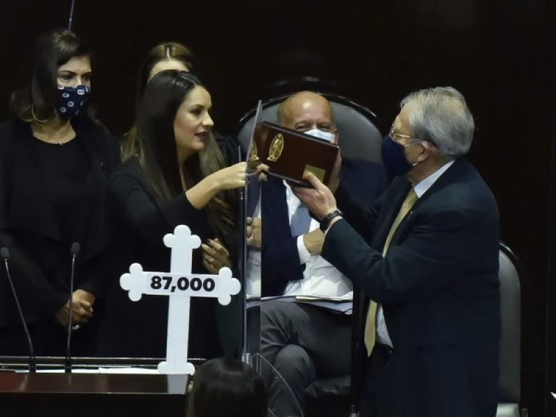 Olvidan diputados pacto de civilidad; regalan urna funeraria a Alcocer