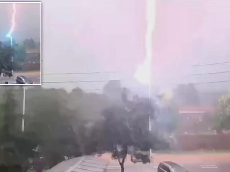 Once rayos consecutivos impactan un poste en China
