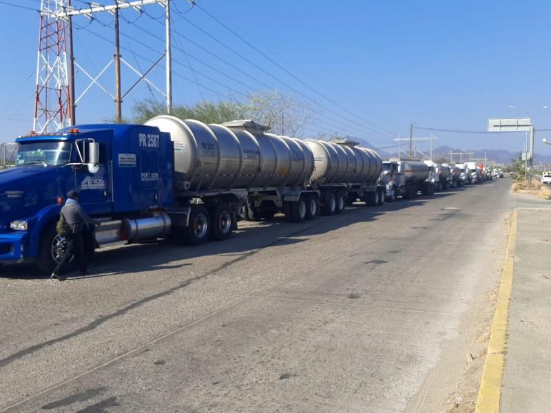 Operadores de pipas afectados por bloqueo a la refinería