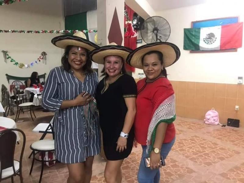 Orgullosos de ser mexicanos festejan leoneses en casa
