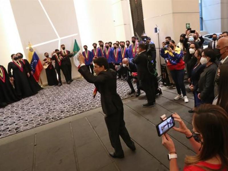 Orquesta venezolana ofrece concierto a los negociadores en México