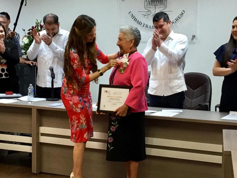 Otorgan medalla Lore de la Vega 2020
