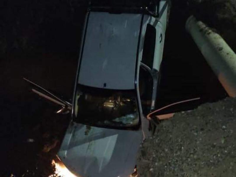 Otro vehículo cae al socavón de la 300 en Obregón