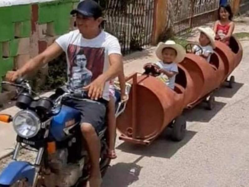 Padre construye tren de barriles a sus hijos