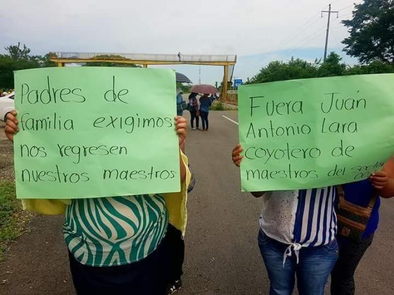 Padres de familia de Tonalá protestan.