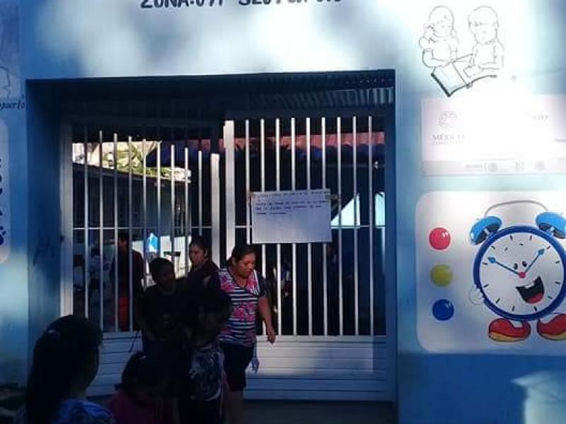 Padres de familia protestan por falta de maestros