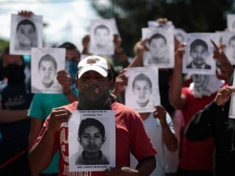 Padres de los 43 de Ayotzinapa protestan en la SCJN