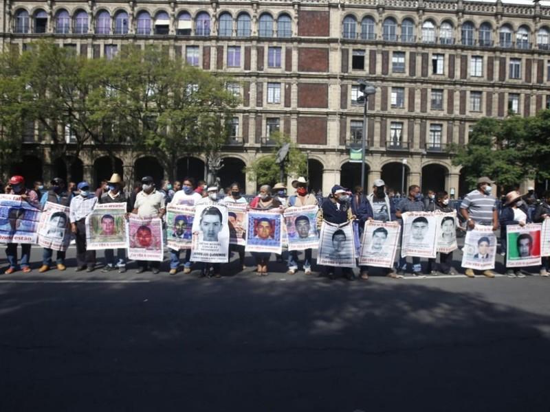 Padres de los 43 protestan en la Corte de CDMX