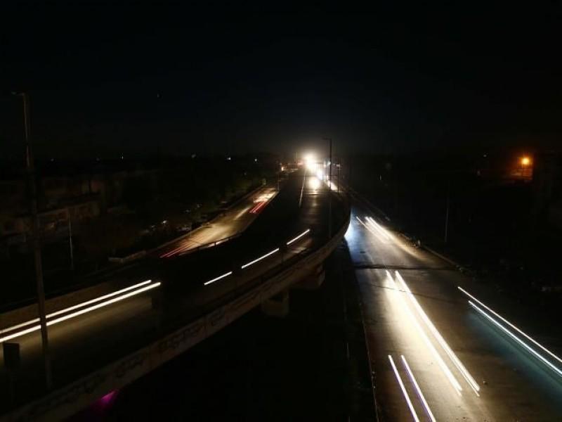 Pakistán trata de restaurar la electricidad tras un masivo apagón