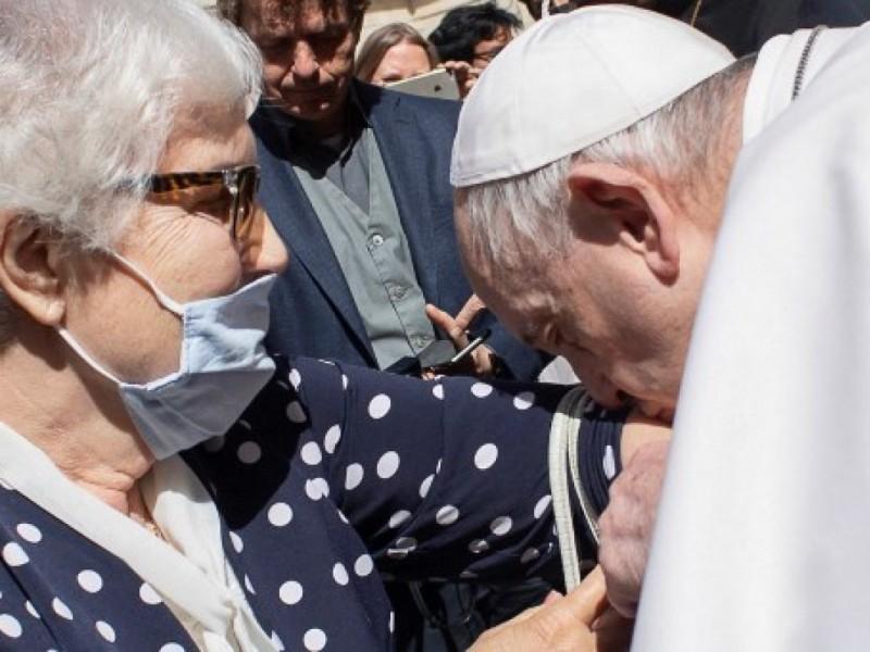 Papa Francisco besa tatuaje de sobreviviente del Auschwitz
