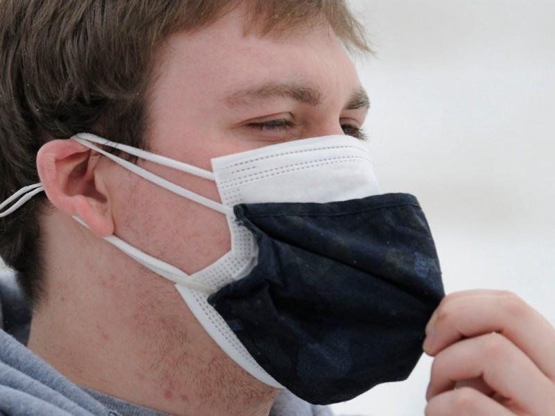 Para prevenir contagios Covid-19, CDC recomienda uso doble cubrebocas