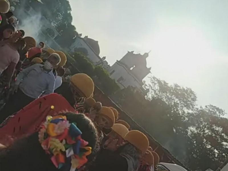 Parachicos rompen restricciones y danzan en Chiapa de Corzo