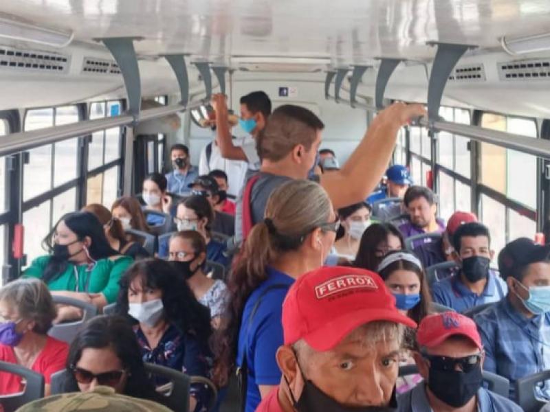 Pasajeros consideran el transporte público como un foco de contagio