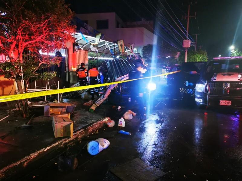 Patrulla arrolla puesto de comida en GDL; deja un muerto
