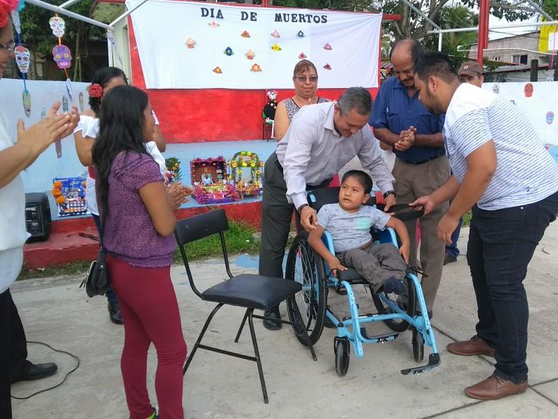 Pequeño recibe silla de ruedas