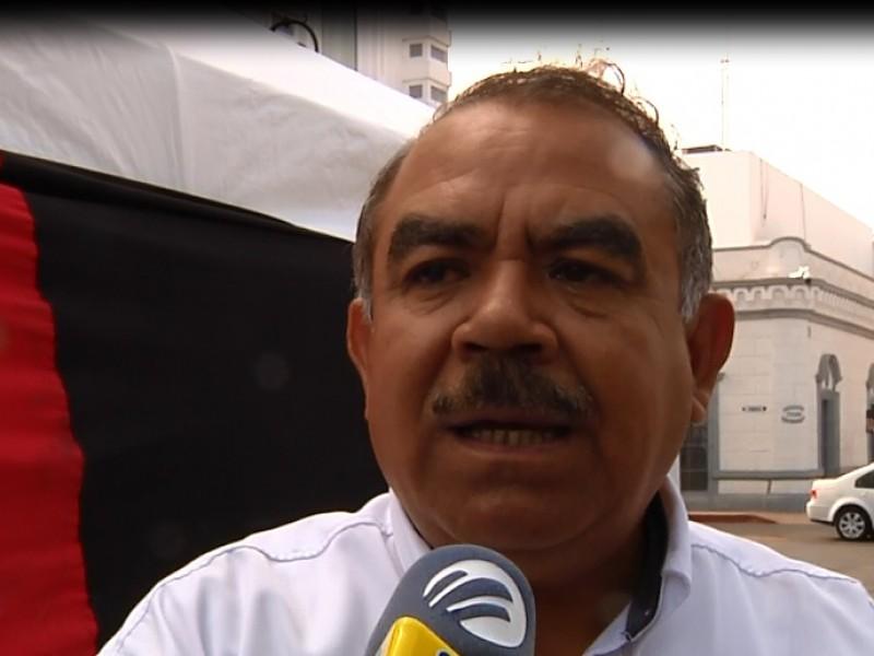 Permanecerán transportistas en plantón permanente en Palacio de Gobierno