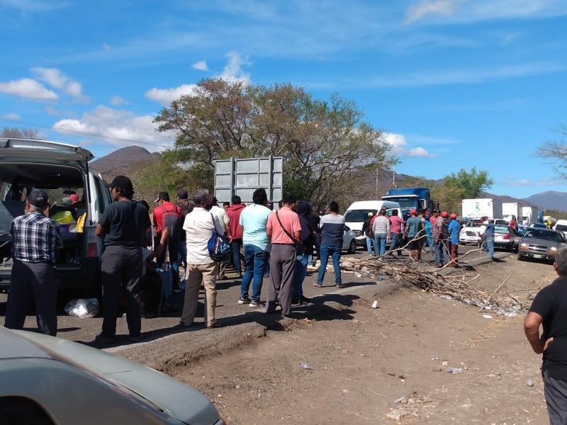 Persiste bloqueo carretero Jalapa-Tehuantepec, músicos señalan incumplimiento de autoridades