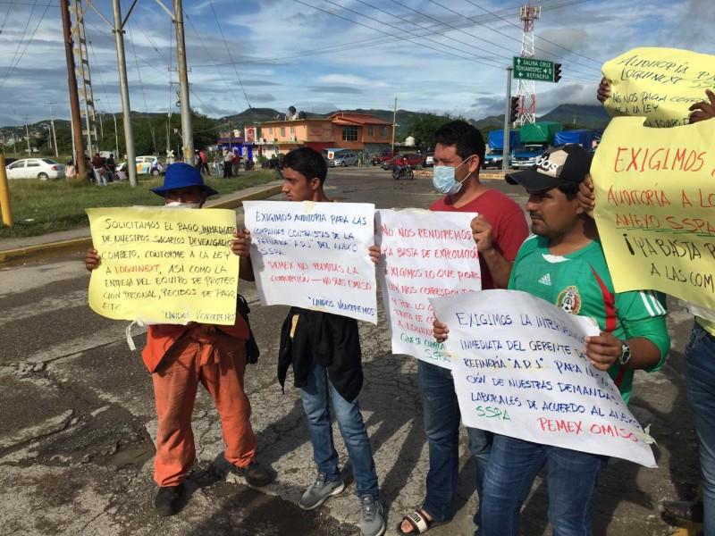 Persiste huelga por trabajadores de compañía afuera de la refinería