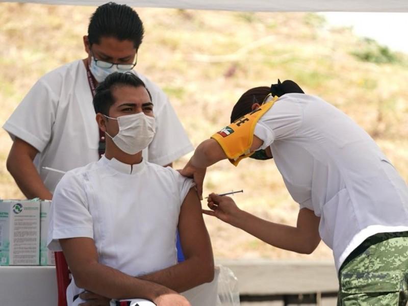 Personal médico del IMSS recibe vacuna contra el COVID-19