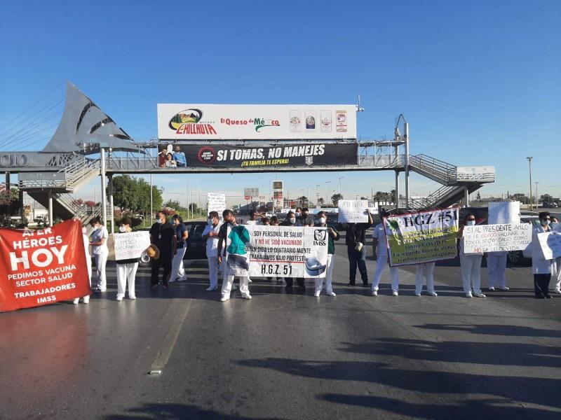 Personal médico bloquea boulevard Ejército Mexicano para exigir vacuna Covid-19