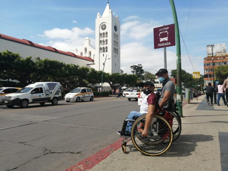 Personas con discapacidades recorren largas distancias a falta de transporte