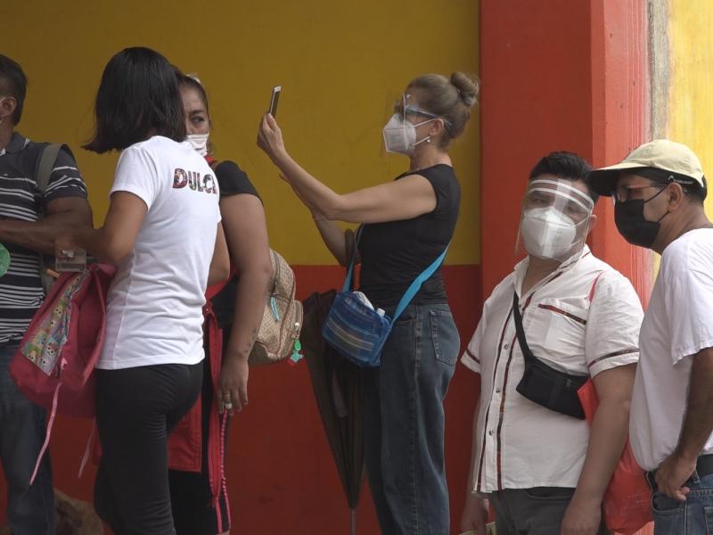 Personas foráneas luchan por ser vacunadas contra el Covid-19