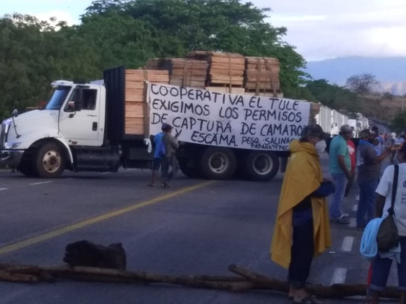 Pescadores bloquean carretera Juchitán-Arriaga
