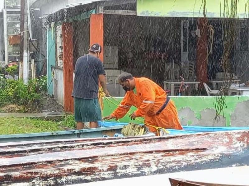 Pescadores de Tuxpan resguardan equipos ante ingreso de Grace