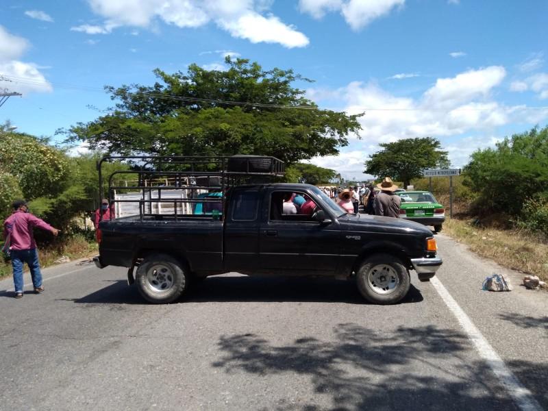 Pescadores zapotecas demandan apoyos, realizan bloqueo carretero