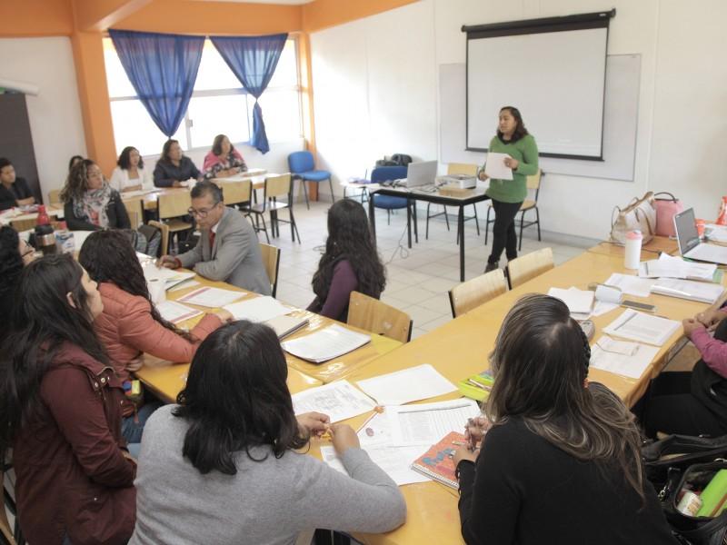 Pese a contingencia docentes continúan asistiendo a centros educativos