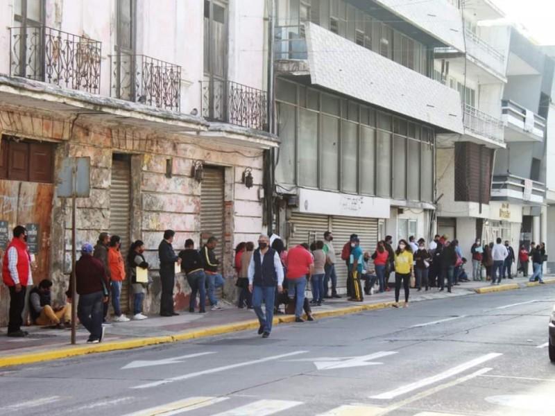 Pese a decreto de movilidad, abarrotan Banco del Bienestar