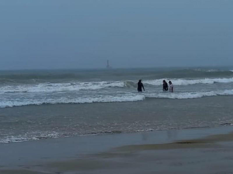 Pese a mal tiempo algunos turistas acudieron a playas tuxpeñas
