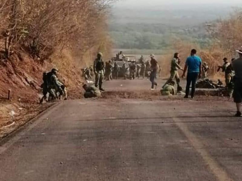 Pese a operativos, otra vez cortan carretera en Aguililla