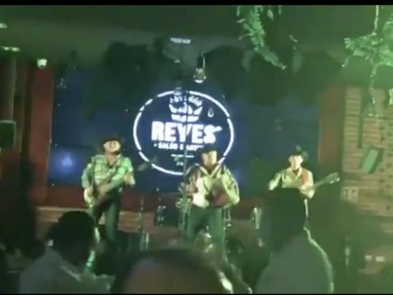 Pese a pandemia, bar organiza concierto en Xalapa