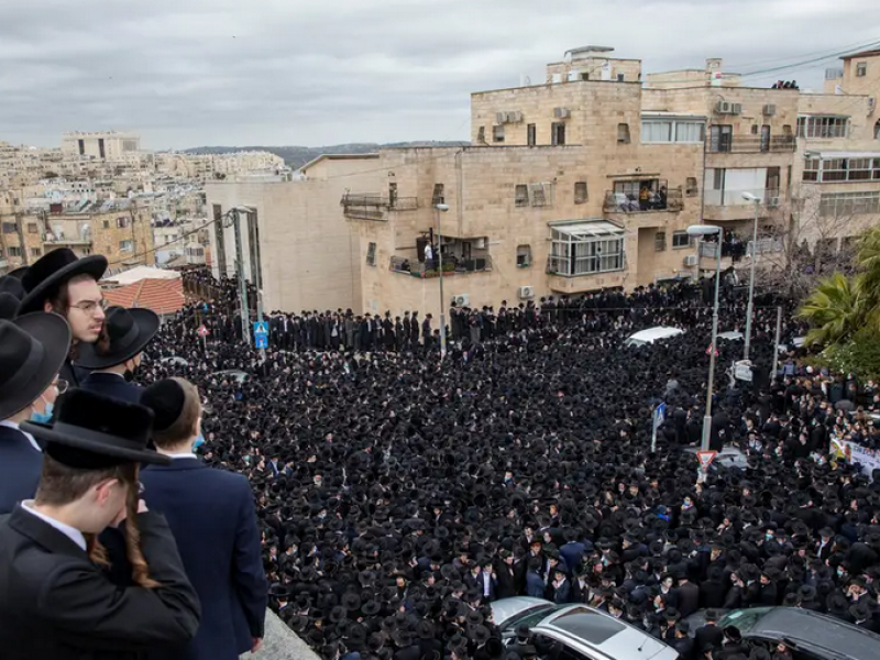 Pese a pandemia Covid-19, miles acuden a funeral en Israel